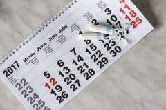 menstruationkalender med bomullstamponger Arkivfoto
