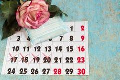 Menstruations- block, blodperiodkalender och klockor Menstruationperioden smärtar skydd Kvinnliga hygienprodukter fotografering för bildbyråer