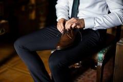 menswear Homme disposant à mettre dessus des chaussures Image stock