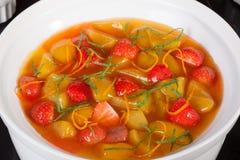 Menta del melocotón de la fresa de la sopa, primer, chino, postre, comida Foto de archivo libre de regalías