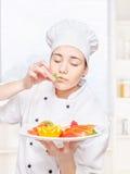 Menta del olor del cocinero antes de ponerla en una placa Imagen de archivo libre de regalías