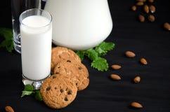 Menta delle mandorle dei biscotti del bicchiere di latte Fotografia Stock Libera da Diritti