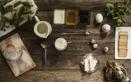 Menta, pan, leche en una tabla de madera Fotos de archivo