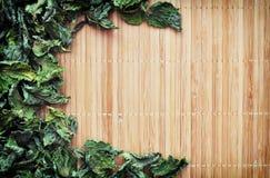 Menta secca su una stuoia di bambù Fotografia Stock