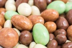 Menta y dulces blancos del chocolate con leche Foto de archivo