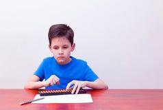 Mental aritmetisk för pojke fotografering för bildbyråer