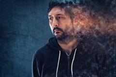 Mental hälsabegrepp med deprimerande upplösa för man fotografering för bildbyråer