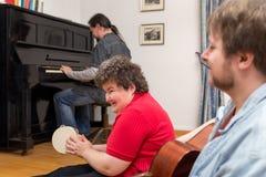 Mentalement - femme handicapée apprenant un instrument de musique images stock