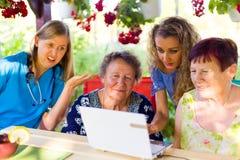 Mentalitätsfragen am Pflegeheim stockfoto