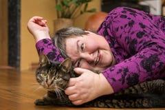 Mentalmente - donna disabile che stringe a sé un gatto, terapia assistita animale fotografie stock libere da diritti