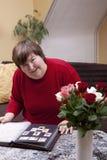 Mentalmente - la donna disabile esamina i bolli Immagine Stock