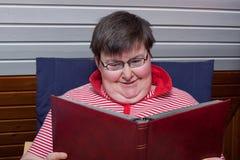 Mentalmente - la donna invalida legge un libro Fotografie Stock Libere da Diritti