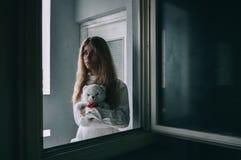 Mentalmente - ragazza malata con la camicia di forza in uno psichiatrico Fotografie Stock Libere da Diritti