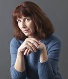 Mentalt begrepp för domare för misstänksam 50-talkvinna Royaltyfri Foto