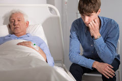 Mentaly gebrochener älterer Patient stockbilder