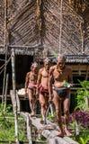 Mentawai部落的人打猎 免版税图库摄影