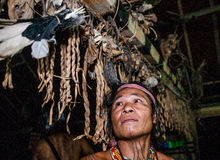Mentawai plemienia mężczyzna siedzi w domu Obraz Royalty Free