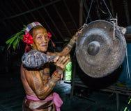 Mentawai plemienia mężczyzna siedzi w domu Obrazy Royalty Free