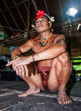 Mentawai plemienia mężczyzna siedzi w domu Zdjęcia Royalty Free