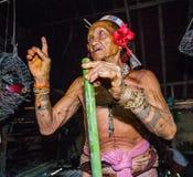 Mentawai plemienia mężczyzna siedzi w domu Zdjęcie Royalty Free