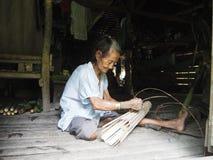 Mentawaivrouwen die handcraft in de wildernis maken royalty-vrije stock afbeelding