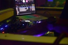 Mente aperta del miscelatore del DJ con i toni gialli Immagine Stock