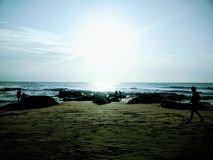 Mente fresca que camina de la madrugada de la costa de la salida del sol fotos de archivo libres de regalías