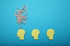 A mente pensa o conceito, ideia na mente Ruído do cérebro, cansado, problemas, esforço imagem de stock