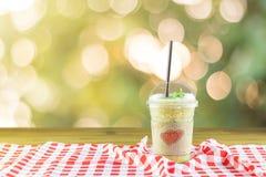 Menthe poivrée fraîche de smoothie en verre en plastique avec les couples modelés Image stock