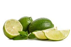 Menthe verte, deux chaux et deux tranches d'une chaux juteuse Photo libre de droits