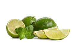 Menthe verte, deux chaux et deux tranches d'une chaux juteuse Images stock
