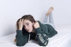Mentira adolescente de 15 años en su cama Fotos de archivo libres de regalías