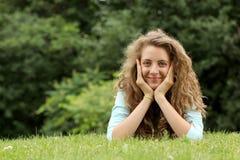 Mentira adolescente en una hierba Fotografía de archivo libre de regalías