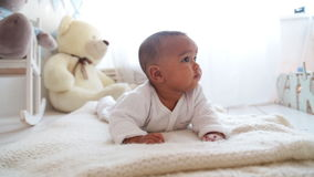 Mentira africana linda del bebé almacen de video