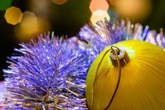 Mentira amarilla de la bola de cristal en malla de la Navidad Foto de archivo