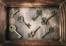 Mentira antiga das chaves em uma tabela de madeira Fotografia de Stock
