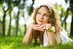 Mentira ao ar livre da mulher da beleza imagens de stock