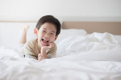 Mentira asiática linda del niño Imágenes de archivo libres de regalías
