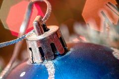 Mentira azul de la bola de cristal en malla de la Navidad Foto de archivo libre de regalías