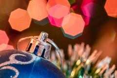Mentira azul de la bola de cristal en malla de la Navidad Imágenes de archivo libres de regalías