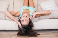 Mentira bonita de la morenita al revés en el sofá Fotografía de archivo libre de regalías