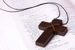Mentira cruzada dentro de la biblia Foto de archivo libre de regalías