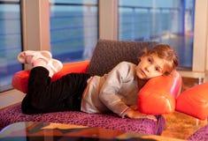 Mentira da menina na cadeira na cabine no navio Imagem de Stock Royalty Free