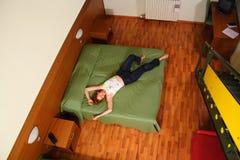 Mentira da mulher na cama fotografia de stock royalty free