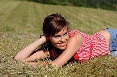 Mentira da mulher na grama verde Imagem de Stock Royalty Free
