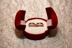 Mentira das alianças de casamento do ouro em uma caixa fotos de stock