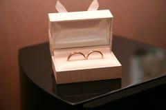 Mentira das alianças de casamento do ouro em uma caixa fotos de stock royalty free