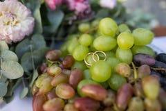 Mentira das alianças de casamento do ouro na uva Imagens de Stock Royalty Free
