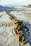Mentira de cadena del metal en la playa Imagen de archivo