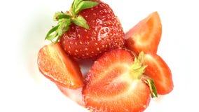 Mentira de dos fresas de la baya en un fondo blanco almacen de video